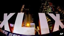 Chữ số La Mã của Super Bowl XLIX trước nhà cao tầng ở trung tâm thành phố Phoenix, ngày 28 tháng 1, 2015 -- ba ngày trước trận Super Bowl giữa New England Patriots và Seattle Seahawks ở Glendale, Arizona.