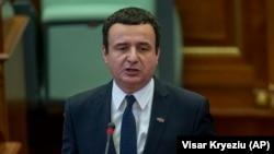 Novoizabrani premijer Kosova Aljbin Kurti drži govor u Skupštini Kosova, u Prištini 3. februara 2020. godine (Foto: AP/Visar Kryeziu)
