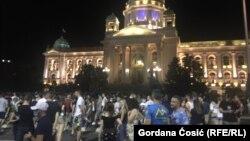 Studenti tokom protesta pred zgradom Skupštine Srbije u Beogradu (Foto: Gordana Ćosić/RFERL)