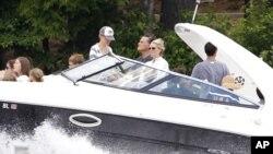 Mientras las críticas contra su estragegia de campaña arrecian, Mitt Romney está de vacaciones en su casa del lago Winnipesaukee en Wolfeboro, New Hampshire.