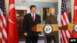 Turkiya Tashqi ishlar vaziri Ahmat Dovuto'g'li va AQSh Davlat kotibasi Xillari Klinton, 13-fevral, 2012-yil