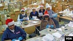 "Beberapa sukarelawan yang menjadi ""peri pos"" untuk mengelola surat-surat untuk Sinterklas dan menyalurkannya ke masyarakat luas untuk ""diadopsi""."