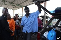 Papiss Sadio (à g.) parle à un autre chauffeur à Ziguinchor (18 mai 2011)