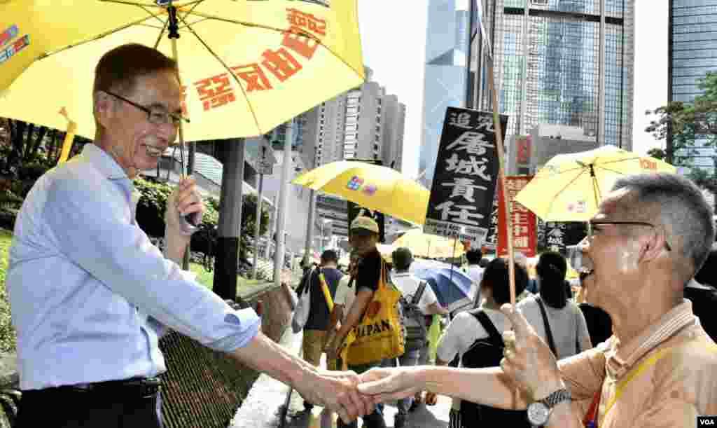 香港民主黨創黨主席李柱銘參與六四遊行,與市民握手。(美國之音湯惠芸攝)