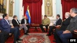 Junto al presidente venezolano estaban el vicepresidente, Tareck El Aissami; el ministro de Educación, Elías Jaua; y el alcalde del municipio caraqueño Libertador, Jorge Rodríguez, todos ellos delegados del Gobierno en las negociaciones.