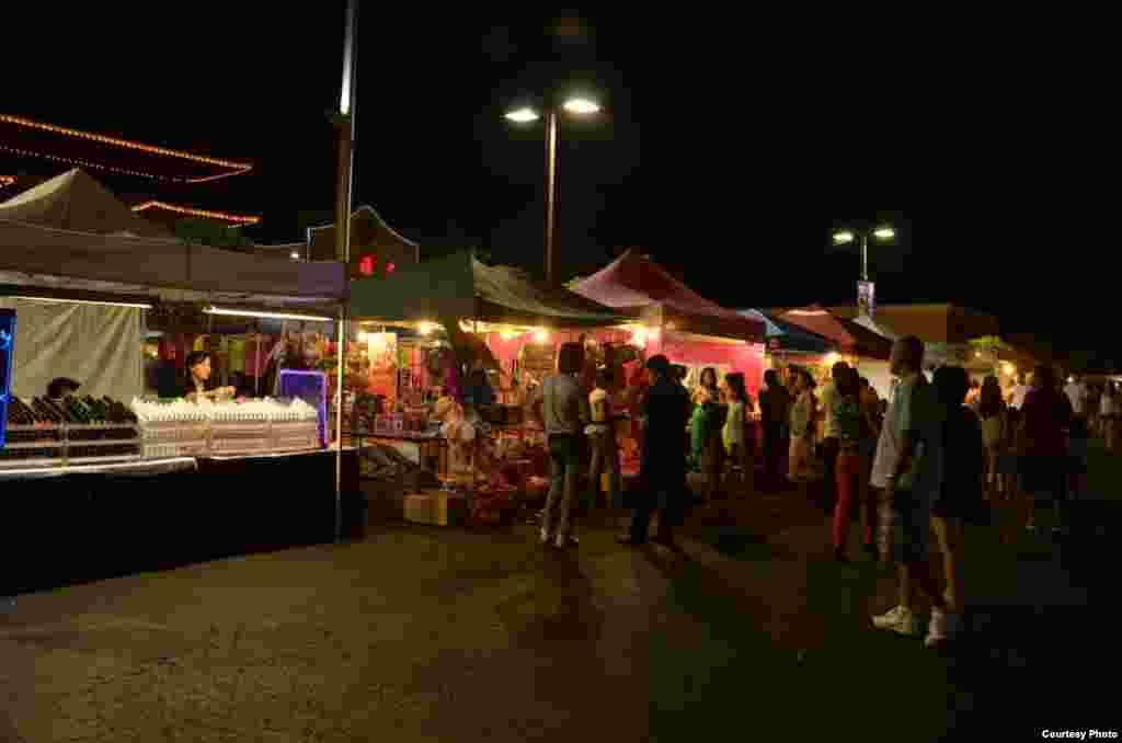 Mặt trước của một số lều bán hàng của khu chợ đêm. (Ảnh: Hoa Duc Trinh)
