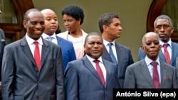 Le Président du Mozambique, Filipe Nyusi, au centre, entouré de son nouveau Premier ministre, Carlos Agostinho do Rosário, à gauche, et du ministre de l'Economie, Adriano Maleiane, à droite, après la cérémonie de la prestation de serment du nouveau gouvernement du Mozambique, à Maputo, 19 janvier 2015. epa/ ANTONIO SILVA