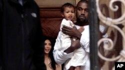 Kim Kardashian, dan suaminya Kanye West dan putri mereka North West, di dalam Katedral Armenia St. James di Yerusalem (13/4).
