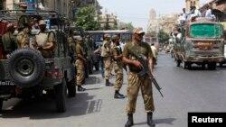 Unidade de para-militares paquistaneses assegurando a segurança em Karachi, Maio 2013.