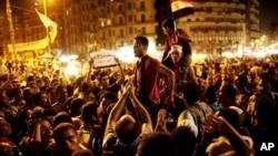 Người Ai Cập tụ tập phản đối phán quyết của tòa án, tại Quảng trường Tahrir ở Cairo, Thứ Sáu, 15/6/2