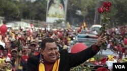 Presiden Venezuela Hugo Chavez diantar oleh para pendukungnya dalam perjalanan menuju bandara Caracas (24/2) untuk berangkat ke Havana.