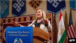 Sekretarja e Shtetit Klinton mbyll turneun në Azinë Jugore dhe Qendrore