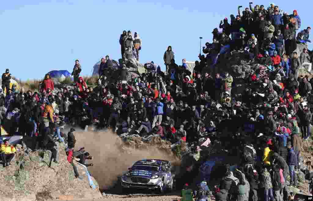 កីឡាករ Ott Tanak និងកីឡាករ Jarveoja Martin មកពីប្រទេសអេស្តូនី ប្រកួតនៅក្នុងរថយន្តម៉ាក Ford Fiesta WRC របស់ពួកគេ ក្នុងពេលប្រកួតជើងឯក FIA World Rally Championship នៅក្នុងក្រុង Cordoba ប្រទេសអាហ្សង់ទីន កាលពីថ្ងៃទី៣០ ខែមេសា ឆ្នាំ២០១៧។