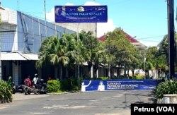 Salah satu perumahan di kawasan Kenjeran, Surabaya, memasang portal dan peringatan pencegahan penyebaran virus corona (foto: VOA/ Petrus Riski)