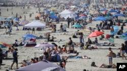 ازدحام مردم در ساحل «نیوپورت بیچ»، کالیفرنیا - ۲۴ مه ۲۰۲۰