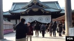 2013年12月30日,民众在东京靖国神社主殿前留影。(美国之音小玉拍摄)