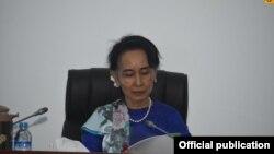 ႏိုင္ငံေတာ္၏ အတိုင္ပင္ခံပုဂၢဳိလ္ ေဒၚေအာင္ဆန္းစုၾကည္ ၿငိမ္းခ်မ္းေရးလုပ္ငန္းစဥ္မ်ားရန္ပံုေငြဆိုင္ရာေပါင္းစပ္ညႇိႏႈိင္းေရးအဖြဲ႕ အစည္းအေ၀း တက္ေရာက္ ေနျပည္ေတာ္ ေဖေဖာ္၀ါရီ ၂၃- ဓါတ္ပံု Myanmar State Counsellor Office