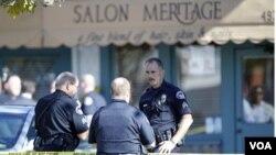 La policía confiscó varias armas del sospechoso cuando lo detuvo a una milla del lugar del tiroteo.