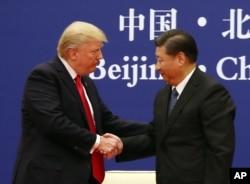 美国总统特朗普(左)与中国国家主席习近平2017年11月在北京会晤