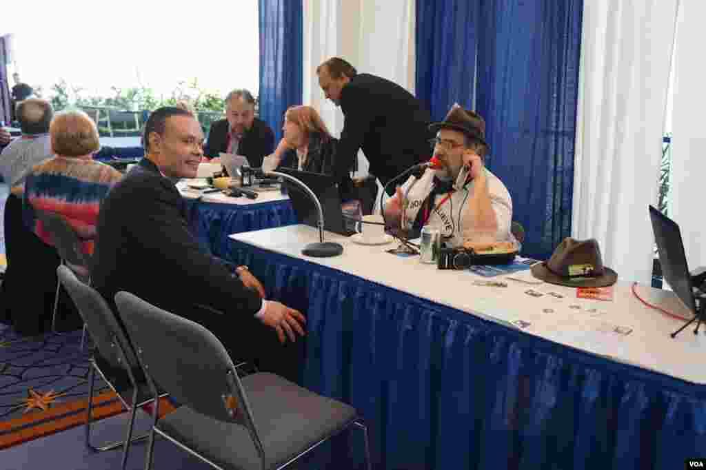 一些媒体在大会现场设台,进行直播和采访.(美国之音方方拍摄)