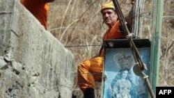 Nhân viên cứu hộ tìm cách cứu các thợ mỏ