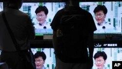 2019年6月15日,香港市民观看行政长官林郑月娥在新闻发布会上的讲话。林郑月娥称将无限期暂停拟议中的引渡法案,以回应公众对这项措施的普遍不满。