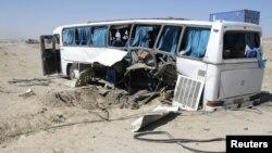 Bus naas yang hancur setelah melindas bom pingir jalan di Ghazni (1/7). Lima penumpang dikabarkan tewas dan 11 lainnya luka-luka dalam musibah ini.