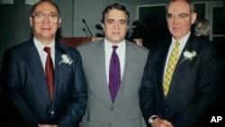 费克图(左)和道尼(右)与时任中央情报局局长特内特合影。(资料照)