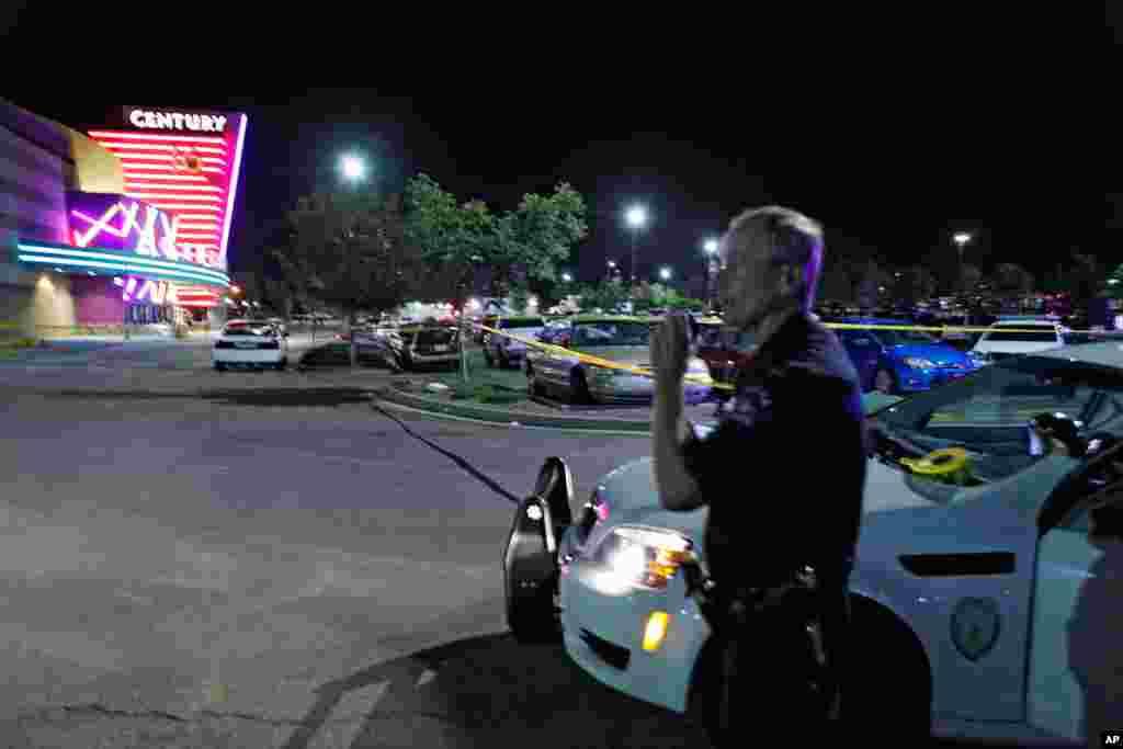 Un policier devant le compexe Century 16 à Aurora, dans le Colorado(AP)