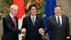 19일 일본 도쿄에서 열린 '제 21차 일본-유럽연합 정상회의'에 앞서 정상들이 손을 맞잡고 있다. 왼쪽부터 헤르만 반롬푀이 유럽연합 정상회의 상임의장, 아베 신조 일본 총리, 조제 마누엘 바호주 유럽연합 집행위원장.