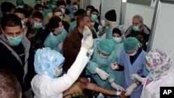 Một nạn nhân bị cho là nhiễm chất độc hóa học tại làng Khan al-Assal được điều trị tại 1 bệnh viện ở Aleppo, Syria, 19/3/2013