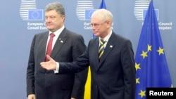 Chủ tịch Hội đồng châu Âu Herman Van Rompuy (phải) chào đón Tổng thống Ukraine Petro Poroshenko tại Hội đồng Liên minh châu Âu ở Brussels, 30/8/2014.