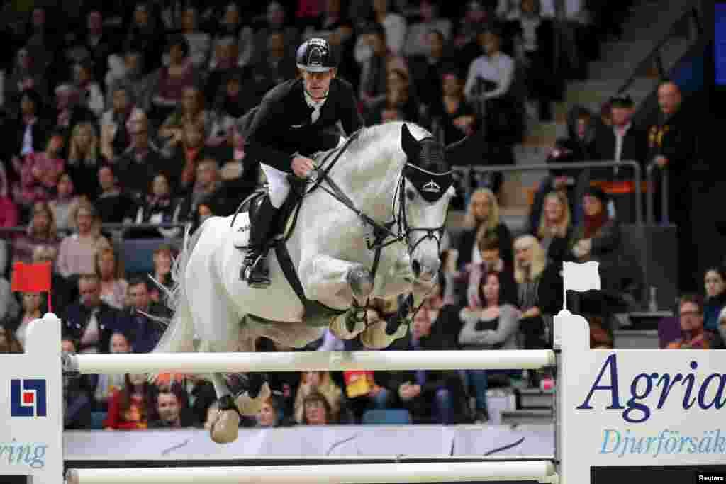 លោក Marcus Ehning មកពីប្រទេសអាល្លឺម៉ង់ជិះសេះឈ្មោះ Cornado នៅអំឡុងពេលការប្រកួតជិះសេះលោតរំលងឧបសគ្គ Equestrian-FEI World Cup Jumping Final III ក្នុងកម្មវិធី Gotenburg Horse Show នៅឯទីលាន Scandinavium Arena ក្រុង Gotenburg ប្រទេសស៊ុយអ៊ែត។