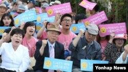 24일 한국 서울 세종로 정부청사 앞에서 한국진보연대 주최로 열린 6.15 남북공동행사 보장 및 5.24 조치 해제 촉구를 위한 국민대회 참가자들이 정부의 대북 정책 변화를 촉구하는 구호를 외치고 있다.