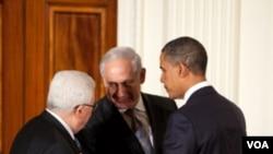 Presiden Obama berbicara dengan Presiden Mahmoud Abbas dan PM Benjamin Netanyahu di Gedung Putih (1 September 2010).
