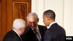 Perundingan Presiden Mahmoud Abbas (kiri) dan PM Benjamin Netanyahu (tengah) yang diprakarsai AS macet karena Israel melanjutkan pembangunan permukiman di Tepi Barat.