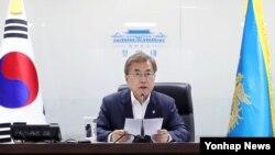 북한이 미사일을 발사한 8일 청와대 위기관리센터에서 국가안전보장회의(NSC) 전체회의를 소집한 문재인 한국 대통령이 발언하고 있다.