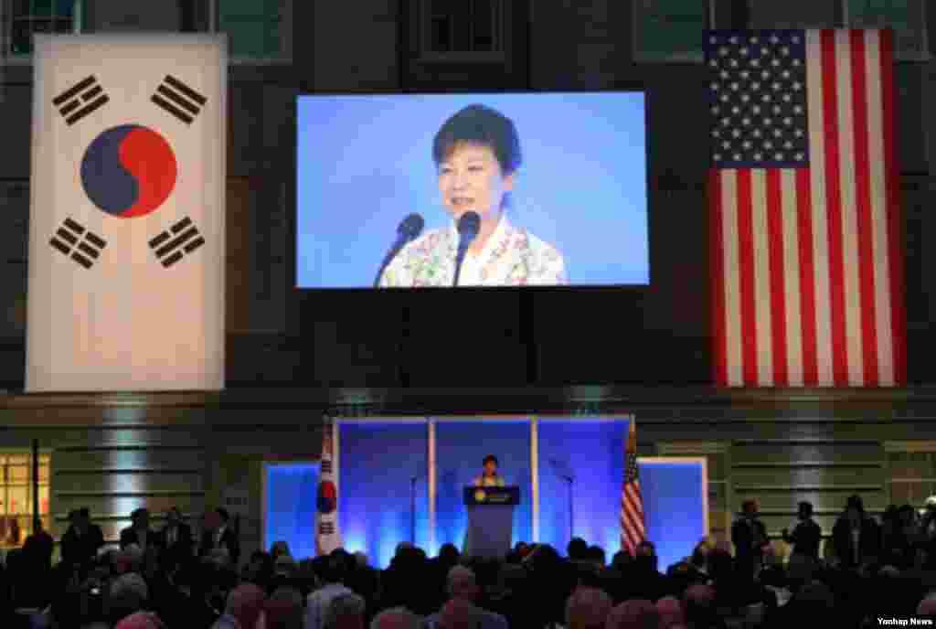 박근혜 한국 대통령이 7일 오후 워싱턴 스미스소니언 박물관에서 열린 한미동맹 60주년 기념만찬에서 만찬사를 하고 있다.