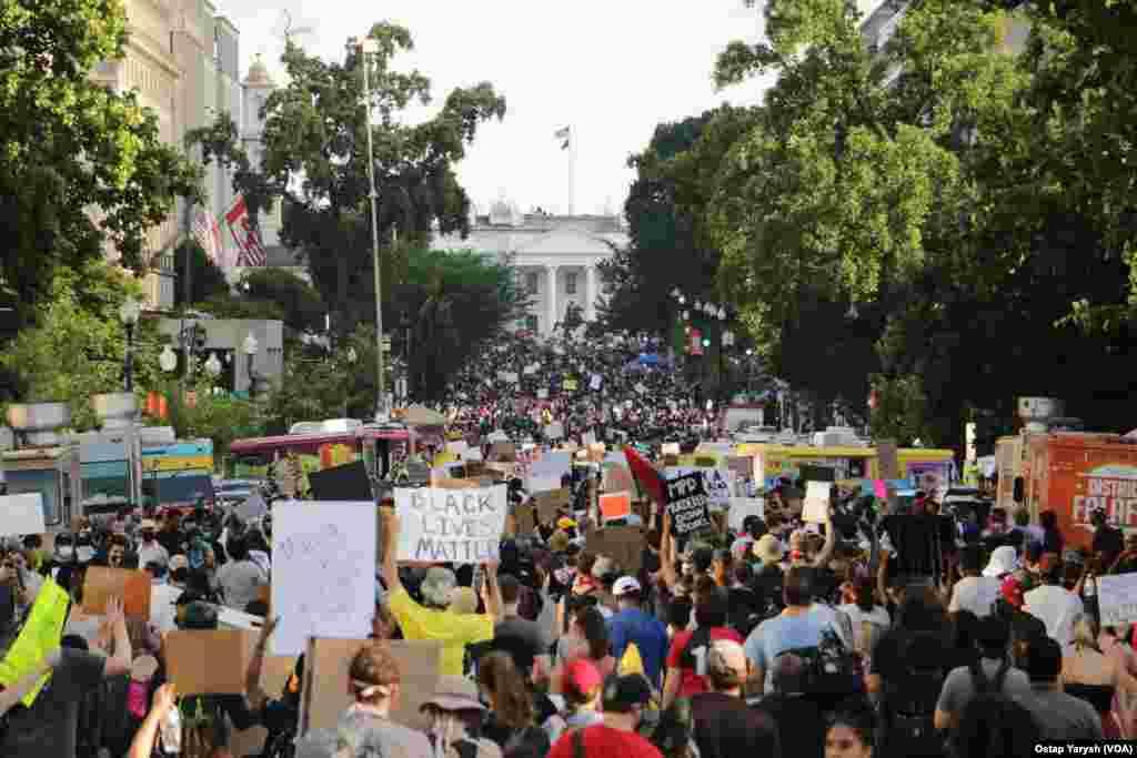 На вулиці американської столиці вийшло декілька десятків тисяч людей.
