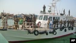Pasukan penjaga pantai Somalia siaga di kawasan lepas pantai Puntland, Somalia (foto: dok).