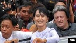 Líder da oposição birmanesa e Nobel da Paz, Aung San Suu Kyi, festejando a sua vitória e do seu partido nas eleições intercalares que abrem as vias para a oficialização no parlamento nacional dos opositores políticos há longos anos no exílio