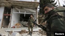 27일 시리아 정부군이 반군의 점령지했던 라타키아 지역을 탈환한 후 폐허가 된 라비야 마을을 순찰하고 있다. (자료사진)