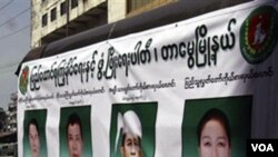 Miembros del partido de Unión Solidaria tienen un vehiculo lleno de pancartas con sus candidatos, Yangon, Myanmar.