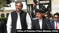 کابل میں افغان صدر اشرف غنی، پاکستانی وزیر اعظم شاہد خاقان عباسی کا خیرمقدم کر رہے ہیں۔ 6 اپریل 2018