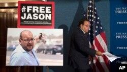 Ozod qilingan amerikaliklardan biri jurnalist Jeyson Rizoyan (chapdagi suratda)