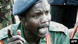Na fotografiji snimljenoj na nepoznatoj lokaciji u Južnom Sudanu, u aprilu 2006., vidi se jedan od najtraženijih pobunjeničkih vodja na svetu, Džozef Koni, iz Božje vojske otpora.