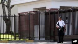 Un policía salvadoreño hace guardia frente a la principal entrada de la embajada de EE.UU. en San Salvador, El Salvador.