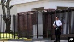 Un policía salvadoreño realiza guardia frente a la embajada de EE.UU. en San Salvador.
