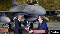 3일 폴란드 바르샤바에 도착한 바락 오바마 미국 대통령(왼쪽)이 공항에 나온 브로니슬라프 코모로프스키 폴란드 대통령과 악수하고 있다. 뒤로는 미국의 F-16 전투기가 서있다.