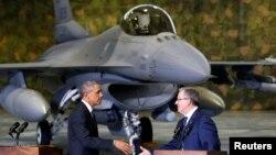 "Predsednik Barak Obama i poljski predsednik Bronislav Komorovski rukuju se pri Obaminom dolasku na varšavski aerodrom ""Šopen"", 3. juna 2014."